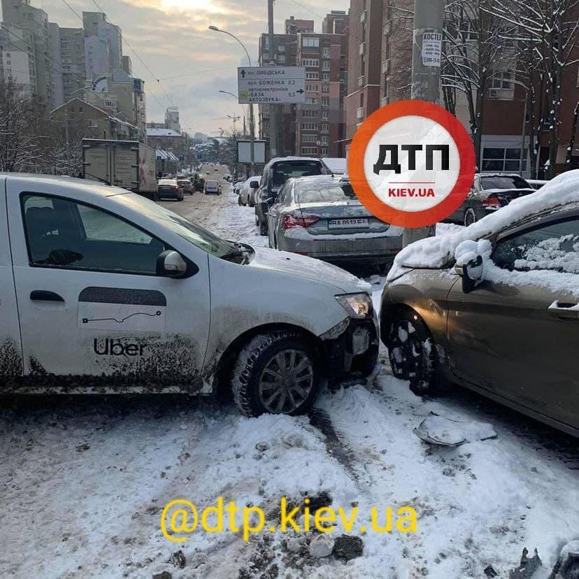 Київ: у масштабній аварії зіткнулось 9 автівок - ожеледиця, зіткнення, Аварія на дорозі - photo 2021 01 15 10 41 17