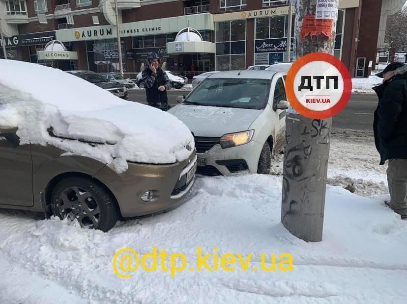 Київ: у масштабній аварії зіткнулось 9 автівок - ожеледиця, зіткнення, Аварія на дорозі - photo 2021 01 15 10 41 18