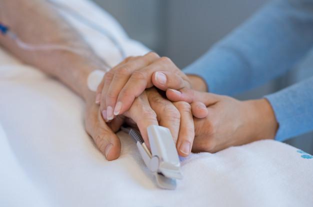 В Україні випадків одужання більше, ніж зараження на COVID-19 - українці, статистика COVID-19, коронавірус, COVID-19 - take care of old patient 256588 229