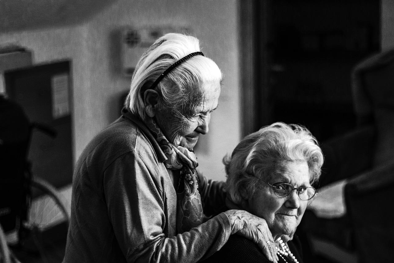 У Києві перевірили будинки для літніх людей: відкрили 9 кримінальних справ - літні люди, кримінальне провадження, будинки - women 2294648 1280