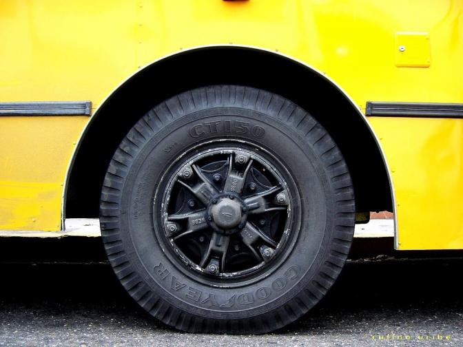 У Боярці бус зіштовхнувся з маршруткою (відео) - мікроавтобус, маршрутки, Києво-Святошинський район - yellow bus wheel