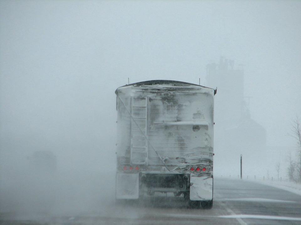 Через хуртовину на Київщині обмежили рух вантажівок - снігопад, обмеження руху транспорту, обмеження руху вантажівок, обмеження руху - 08 gruzovyk