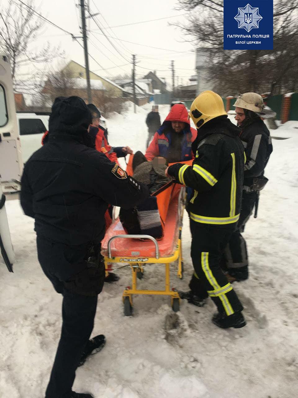 Біла Церква: рятувальники й патрульні врятували жінку з пожежі - рятувальники, патрульні, загорання житлового будинку, жінка - 148092213 1907117596121958 8219967185195969833 o