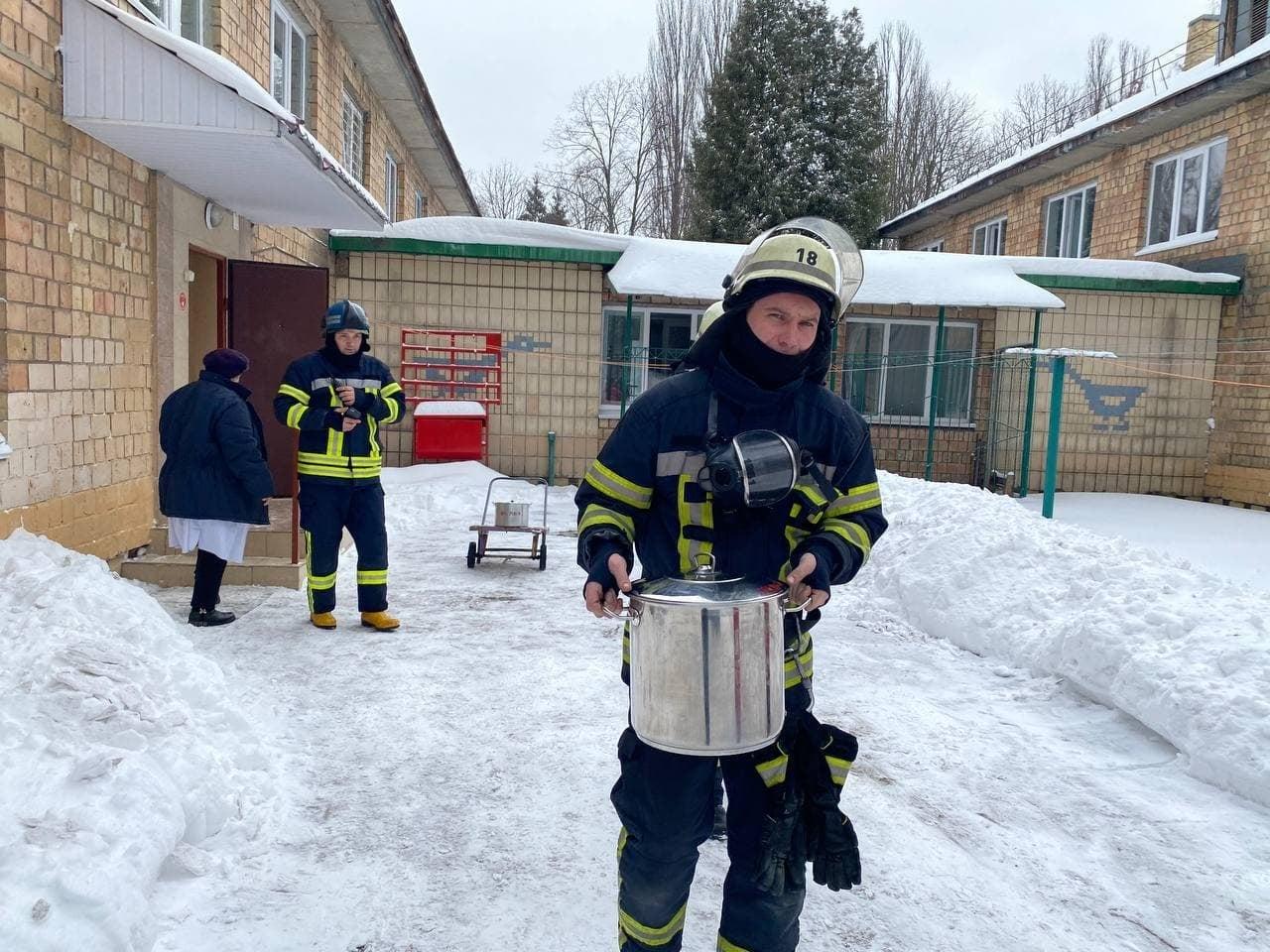 Загорівся холодильник: із дитсадка в Києві евакуювали 124 дитини (ФОТО) - холодильник, пожежа, ДСНС, дитсадок - 148473865 5385885841429272 7358699518752288931 o