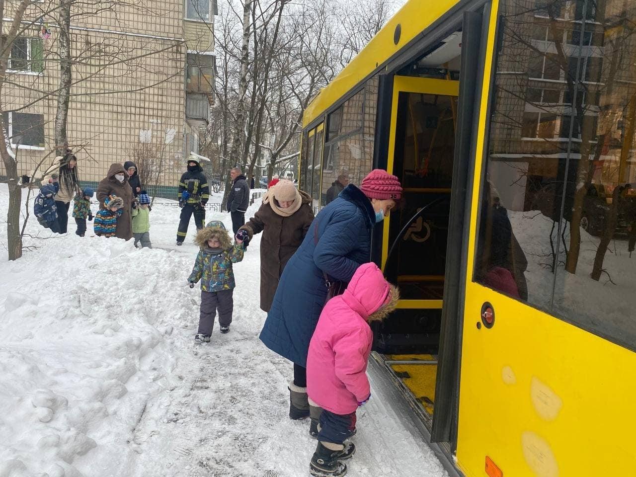Загорівся холодильник: із дитсадка в Києві евакуювали 124 дитини (ФОТО) - холодильник, пожежа, ДСНС, дитсадок - 148573235 5385885674762622 4829977779858114785 o