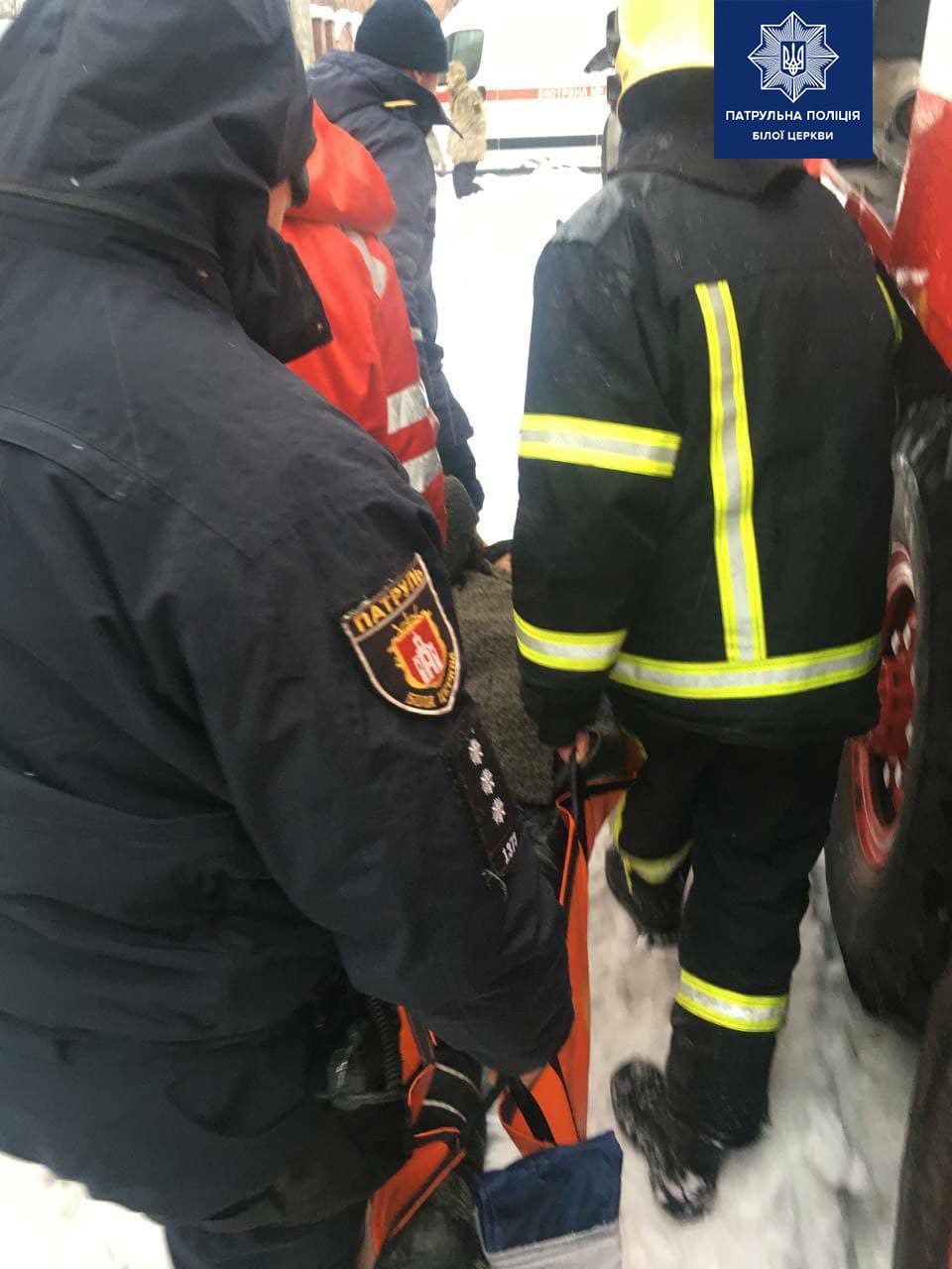 Біла Церква: рятувальники й патрульні врятували жінку з пожежі - рятувальники, патрульні, загорання житлового будинку, жінка - 148614684 1907117602788624 6029048418438292122 o