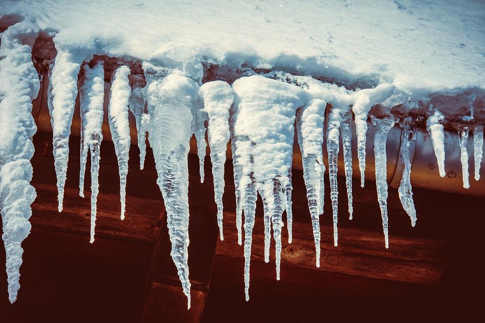 Небезпечні сталактити: в Києві прибирають бурульки з дахів - температура повітря, потепління, небезпека, Зима - 15 sosulky