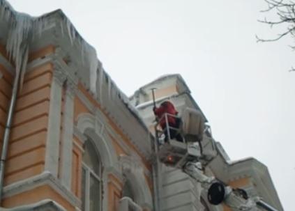 Небезпечні сталактити: в Києві прибирають бурульки з дахів - температура повітря, потепління, небезпека, Зима - 15 sosulky2