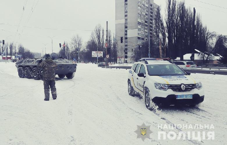У Києві БТРами дістають машини із заметів (ФОТО, ВІДЕО) - снігопад, сніг, порятунок, Поліція, затори, БТР - 2 4