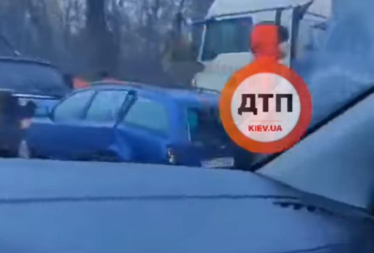 Через потрійну ДТП на в'їзді до Києва утворився великий затор - Одеська траса, затори на дорогах, затори, ДТП з потерпілим - 21 dtp