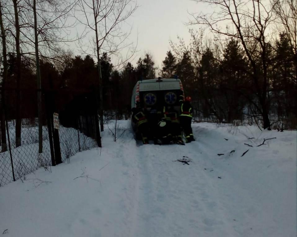 На Київщині автомобілі швидкої допомоги застрягали у снігу - Швидка допомога, сніг, негода, Забір'я - 68F2B73F 111A 4D97 9F84 C6D5DD433D6F 1