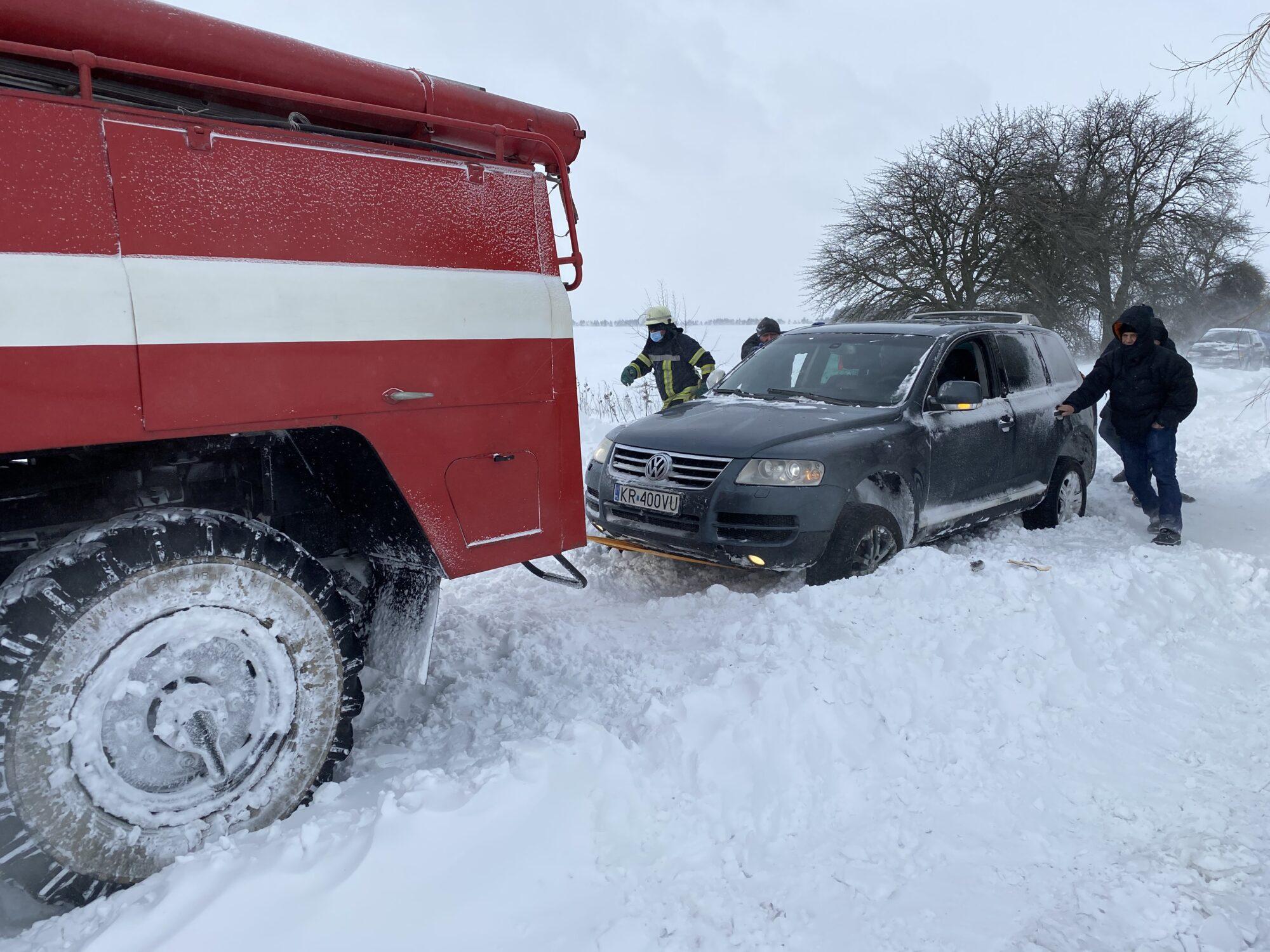 Зі снігового полону на Київщині звільнили 5 авто - сніг, погодні умови, затори на дорогах, Володарський район - 8ADF4C6A A1A0 491A BFA2 8CA53C0234A2 2000x1500