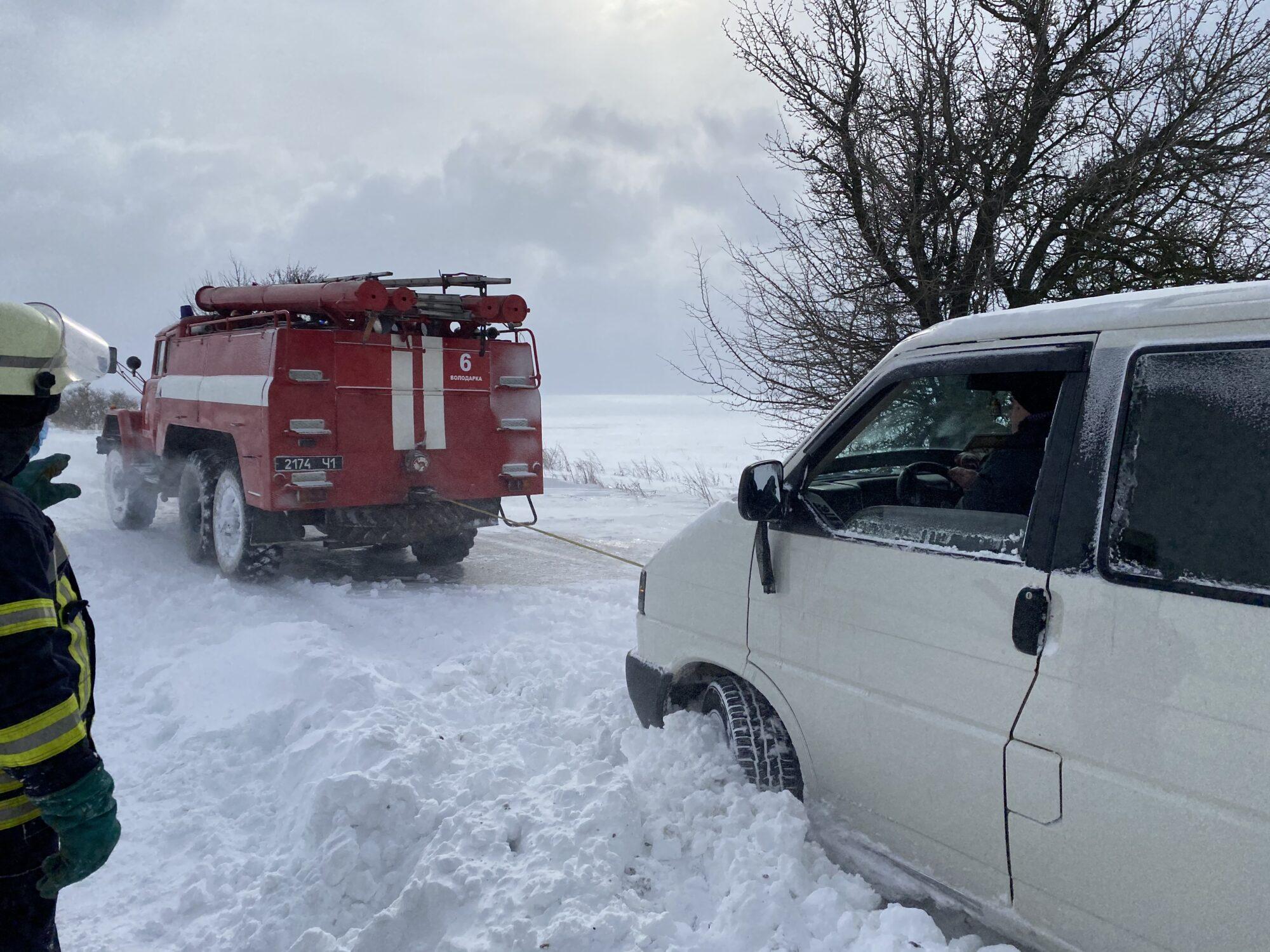 Зі снігового полону на Київщині звільнили 5 авто - сніг, погодні умови, затори на дорогах, Володарський район - 9DA06669 E6F6 41D1 B121 7F92149A290B 2000x1500
