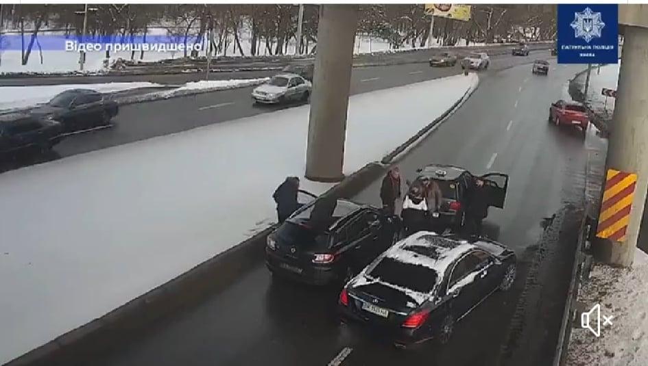 Патрульні Києва затримали нападників на водія на мосту Метро - патрульна поліція, кримінал, Київ - DTP2