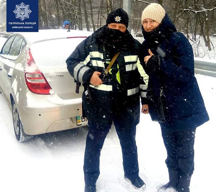 Заглохла на морозі: у Гореничах інспектори допомогли водійці - Чайківські патрульні, патрульні, Допомога, Гореничі, Водійка - FB IMG 1612948054963