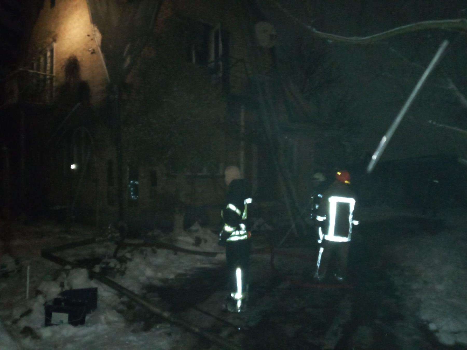 У Гостомелі горіла мансарда: дітей і дорослих вчасно евакуювали - пожежа будинку, ірпінські рятувальники, Гостомельська ОТГ - Gost Lisova