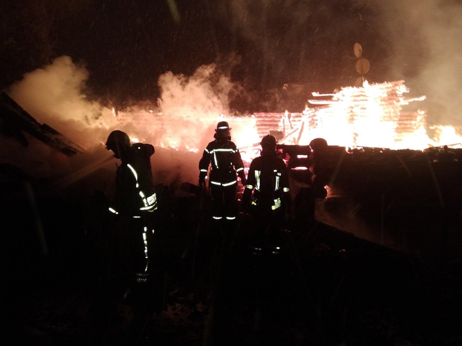 Під Обуховом загасили двоповерховий будинок - рятувальники, загорання житлового будинку, вогонь - IMG 41b504e97b40a26cd12a08e3129d7656 V