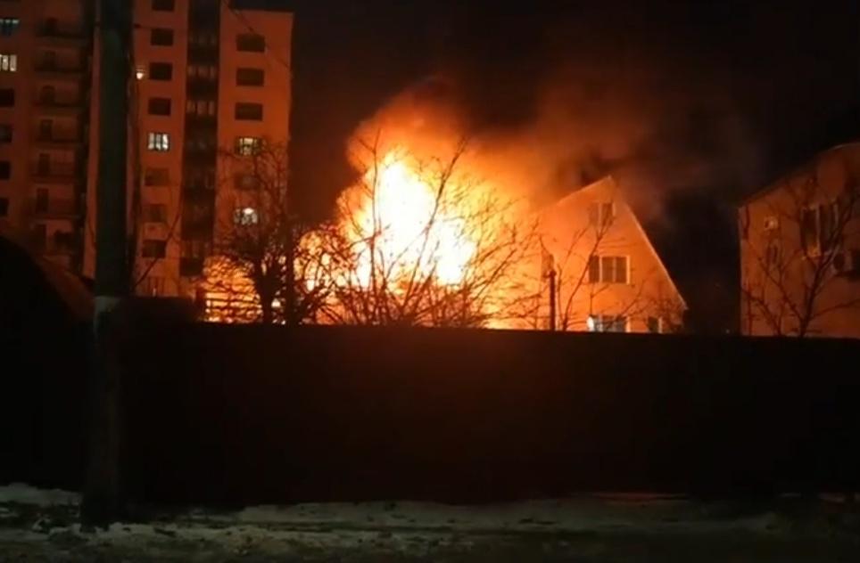 Сильна пожежа в Ірпені: горів приватний будинок - загорання житлового будинку, вогонь, будинок - IMG 20210208 072554