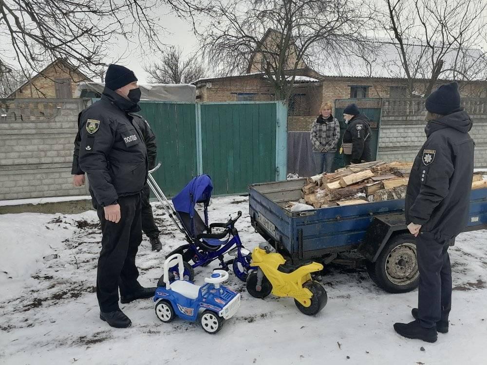 Як Вишгородські поліцейські дрова складали - поліція Вишгородського району, підтримка малозабезпечених, Вишгородський район - Polits2