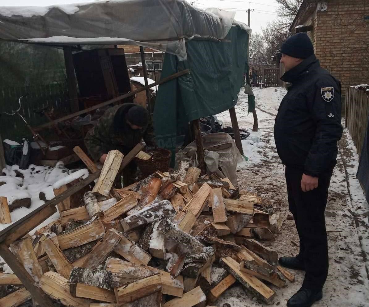 Як Вишгородські поліцейські дрова складали - поліція Вишгородського району, підтримка малозабезпечених, Вишгородський район - Polits4 obr