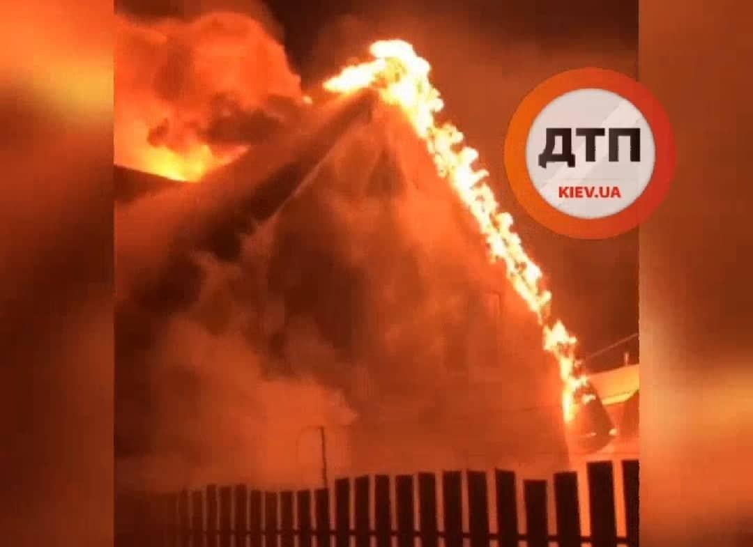 Пожежі на Вишгородщині: вогонь перекинувся на сусідні будинки - рятувальники, пожежа будинку, Вишгородський район - SP POZH2