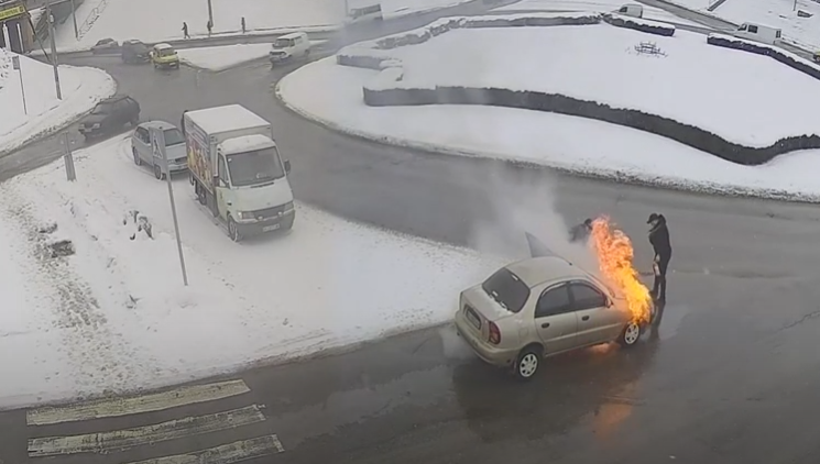 У Білій Церкві горів легковик (відео) - вогонь, автомобіль - Screenshot 2