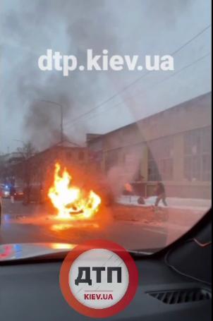 У столиці внаслідок ДТП спалахнув легковик - вогонь, вогнеборці ДСНС, Аварія на дорозі - Screenshot 5 2