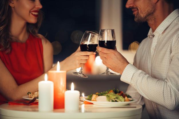 Що подарувати у День всіх закоханих - українці, подарунки, закохані, День всіх закоханих, День Валентина - couple of lovers having romantic dinner at home 171337 675