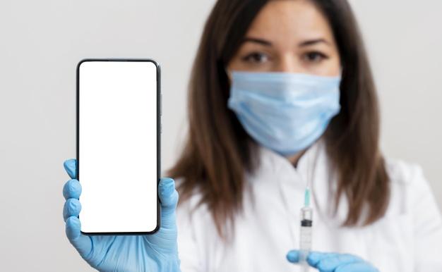 Записатись у чергу на вакцинацію від COVID-19 можна буде через «Дію» - мобільний додаток, коронавірус, електронна черга, Вакцинація, COVID-19 - doctor holding mobile phone 23 2148741027