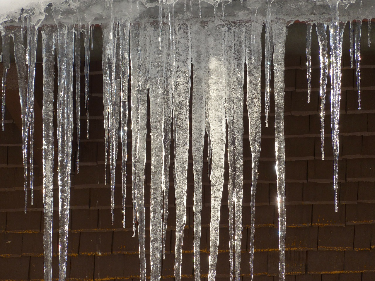Бережіть транспорт від бурульок: скільки автівок пошкоджено у Києві - Транспорт, сніг, лід, бурульки, автомобіль - icicle 93727 1280