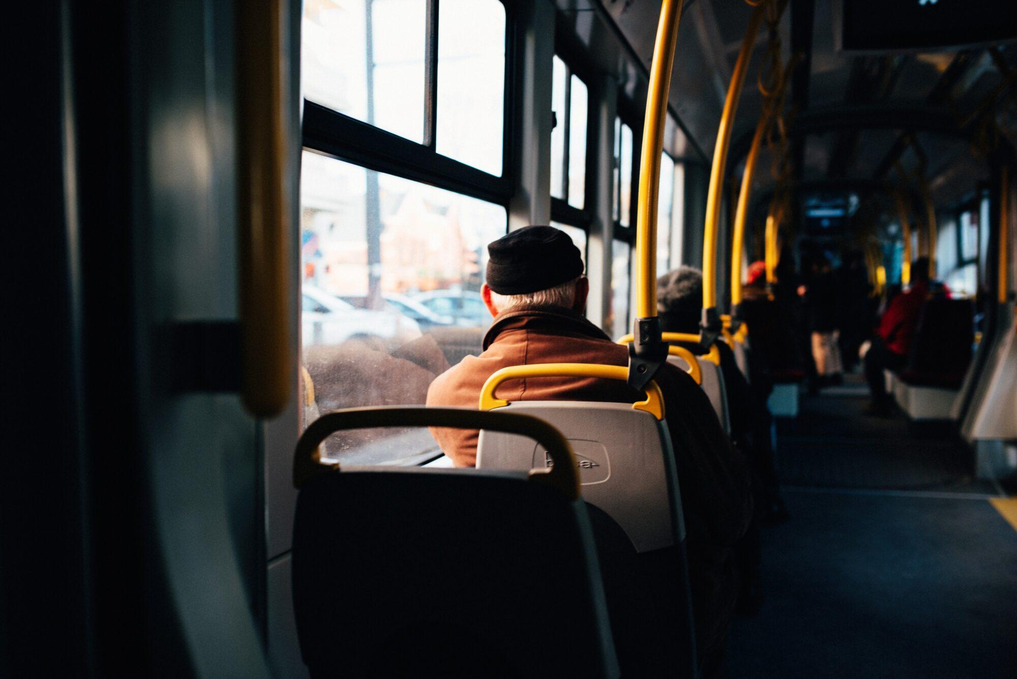Кілька перевізників Київщини підвищили вартість проїзду без погодження з управлінням - тарифи, маршрутки, громадський транспорт, вартість проїзду - interior of a city bus with yellow holding rails 2000x1335