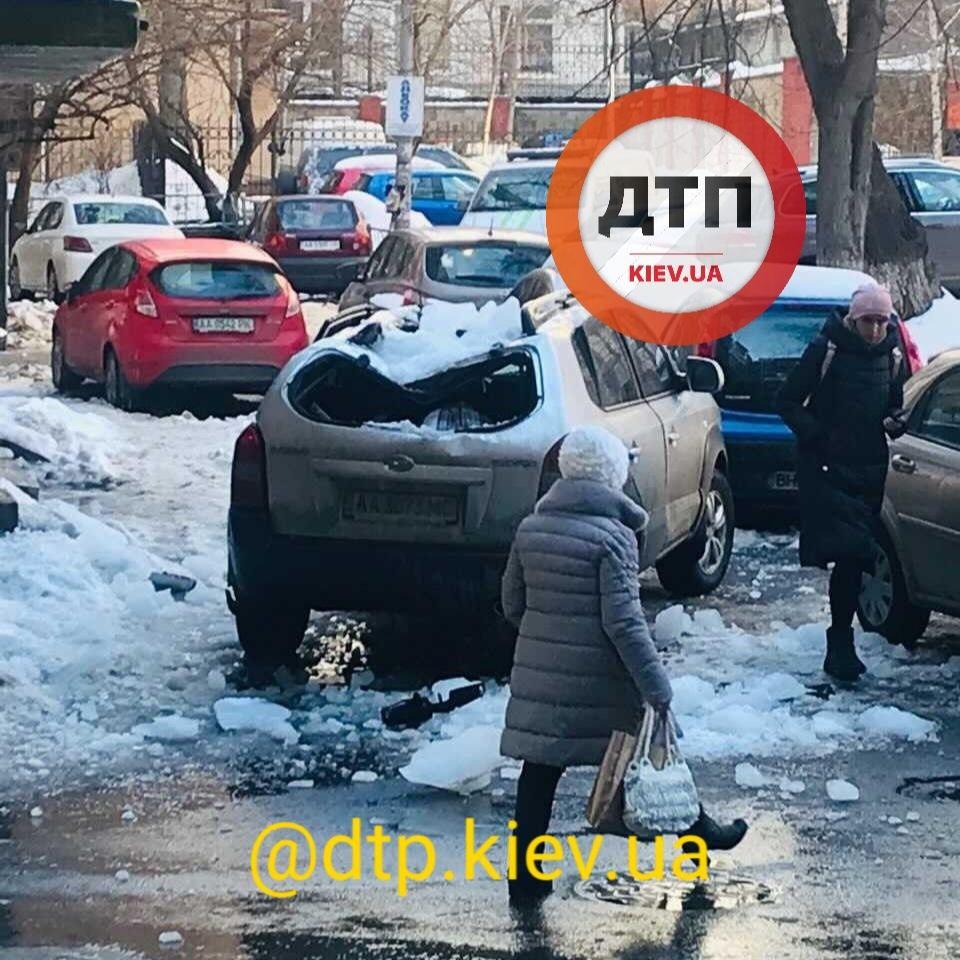 Бережіть транспорт від бурульок: скільки автівок пошкоджено у Києві - Транспорт, сніг, лід, бурульки, автомобіль - photo5305660198846837144
