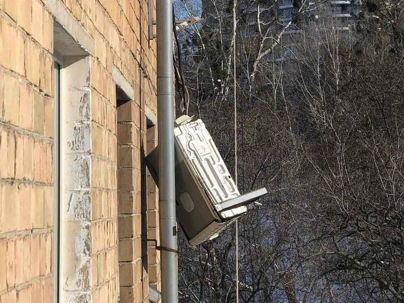 Столичні комунальники збивають бурульки разом із кондиціонерами - лід, Дах, бурульки - photo 2021 02 16 22 14 23