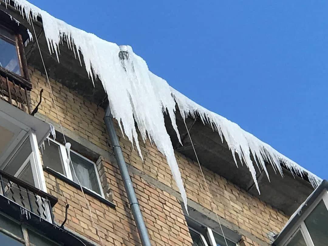 Столичні комунальники збивають бурульки разом із кондиціонерами - лід, Дах, бурульки - photo 2021 02 16 22 14 25