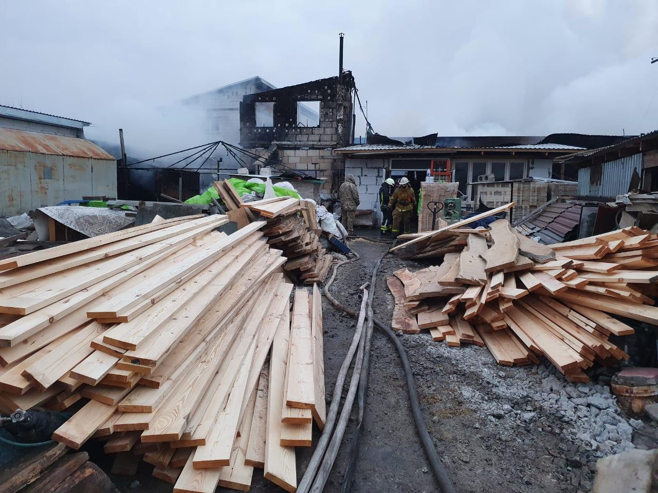 Масштабну пожежу на Броварщині гасили майже 40 вогнеборців - рятувальники, пожежа, масштабна пожежа, вогнеборці - 57 50